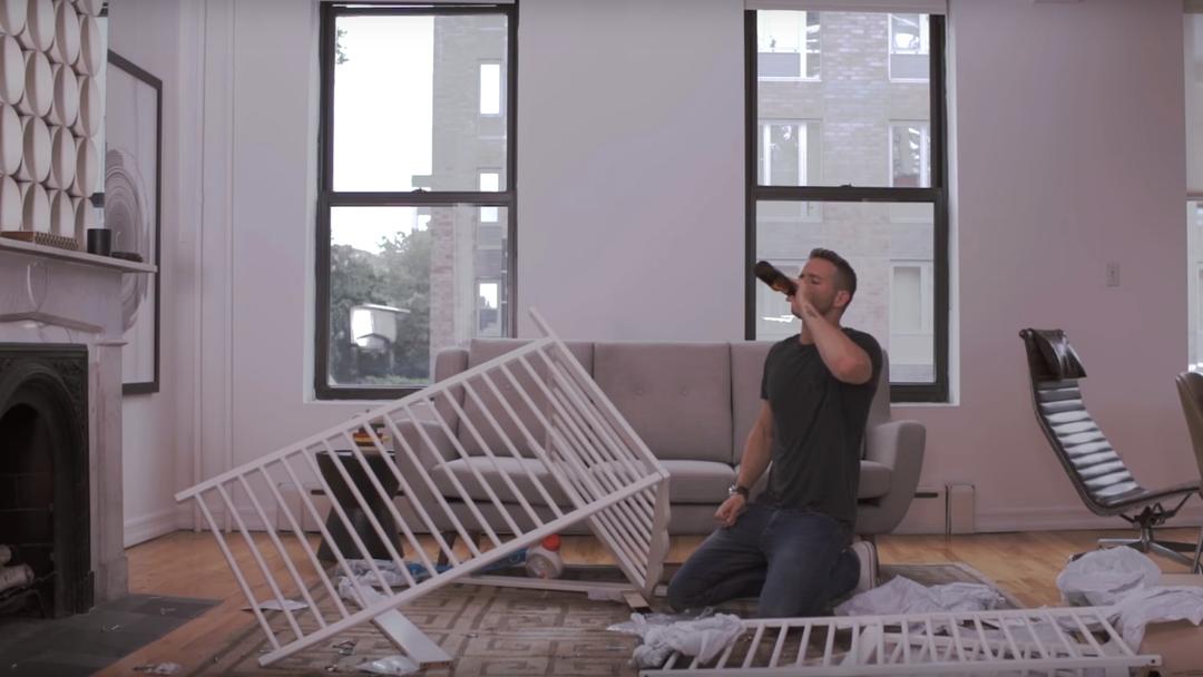 Als Ryan Reyolds versuchte, eine Ikea Kinderbettchen zusammenzubauen: «Ikea – Swedish for 'fuck you'»