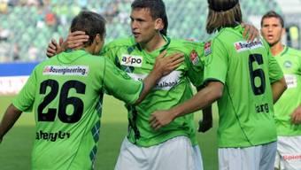 St. Gallens Torschütze zum 1:1, Nico Abegglen (l.), nimmt die Gratulationen seiner Mitspieler entgegen