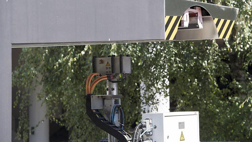 Die Batterie des neuartigen Grossraumbusses TOSA in Genf wird an den Haltestellen jeweils 15 Sekunden nachgeladen, während die Passagiere ein- und aussteigen.