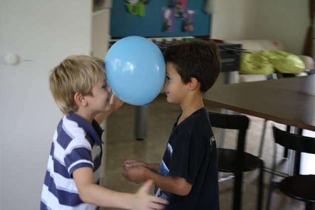 Die Ballons müssen möglichst lange in der Luft balanciert werden