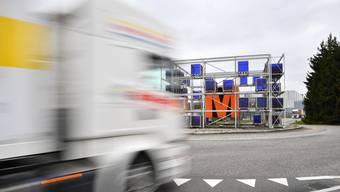 Ein Lastwagen rollt auf den Migros-Kreisel in Neuendorf. Im Gäu hat der Waren-Verkehr wegen der Corona-Krise zugenommen.