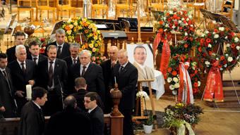 Blumenschmuck und ein Foto erinneren am Dienstag 2. Februar 2010 in der Martinskirche in Chur an den verstorbenen Komandanten der Kantonspolizei Graubuenden Markus Reinhardt. Aufgenommen vor der Trauerfeier.