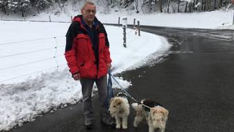 Albert Künzi, 62, spaziert mit seinen Hunden Kelly (links) und Branco am ehemaligen Munitionsdepot in Mitholz vorbei. Die Hiobsbotschaft ging ihm ans Herz.