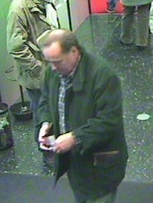 Eine Überwachungskamera in Birsfelden BL, 50 Kilometer vom Tatort entfernt, zeigt ihn wenige Stunden vor seinem Tod, als er an einem Bankomaten 80 Franken bezieht.