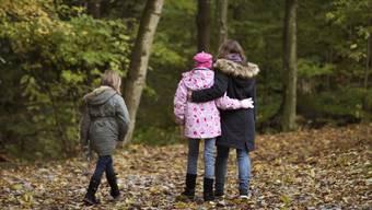 Kinderarmut ist auf den ersten Blick nicht sichtbar, hat aber schwerwiegende Folgen: Kinder müssen auf Hobbys und Freizeitaktivitäten verzichten, werden häufig sozial ausgegrenzt und haben schlechtere Bildungschancen. (Archivbild).
