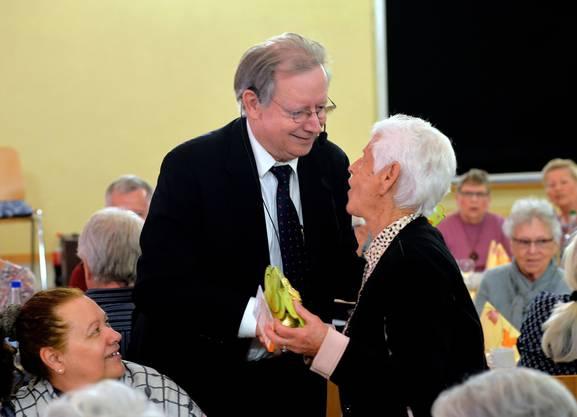 Gemeindepräsident Kuno Tschumi überreicht Babette Bieri ein kleines Geschenk.