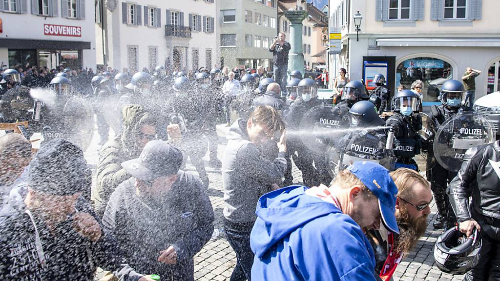 Unzimperliche Polizei gegen Massnahmen-Gegner vor dem Tell Denkmal in Altdorf bei einem nicht bewilligten Demonstrationsumzug gegen die Corona-Massnahmen und Maskenpflich, am Samstag, 10. April 2021.