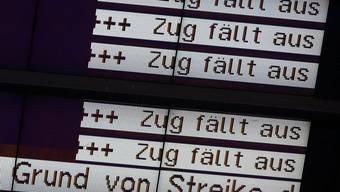 Eine Anzeigetafel im Bahnhof Rostock