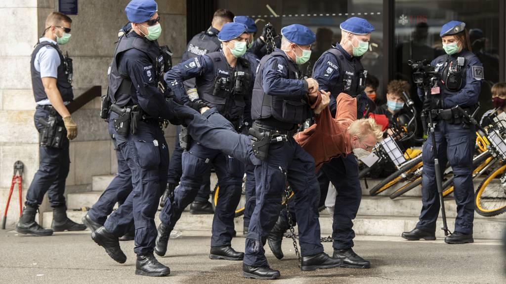 Polizei löst Proteste der Klima-Aktivisten auf