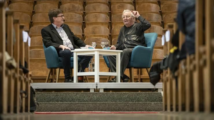 Peter Bichsel redet über Olten und seine dort verbrachte Kindheit; links Talkmaster und Verleger Thomas Knapp.