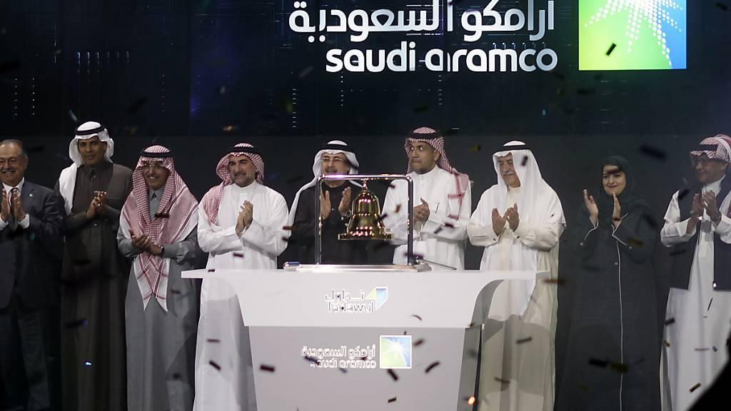 Saudi Aramco-Verantwortliche und Börsenvertreter feieren den Börsengang des Ölkonzerns an der Börse in Riyad.