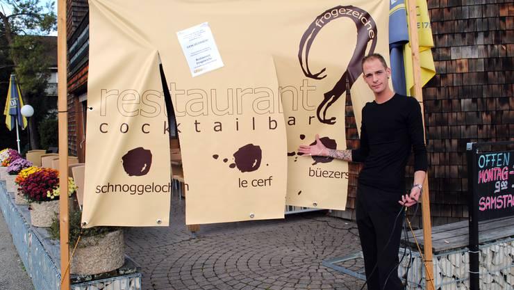 «L'Auberge»-Geschäftsführer Ronny Streit zeigt die neuste Sabotage, das zerschnittene Plakat, vor dem Eingang.