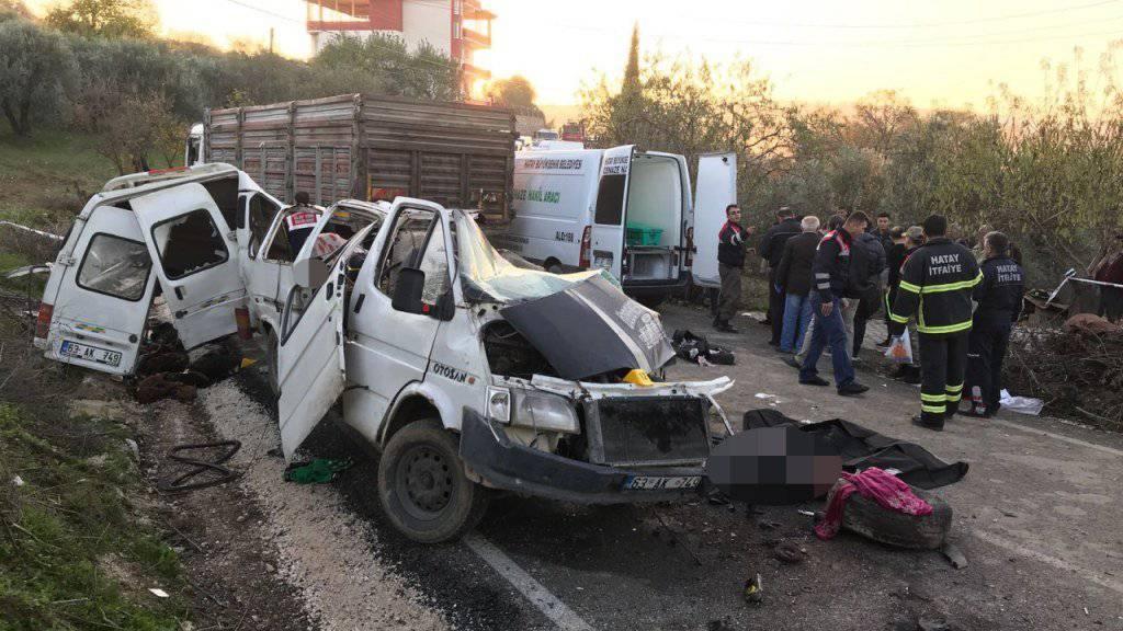 Der Kleinbus prallte in der südtürkischen Provinz Hatay frontal mit dem Lastwagen zusammen.