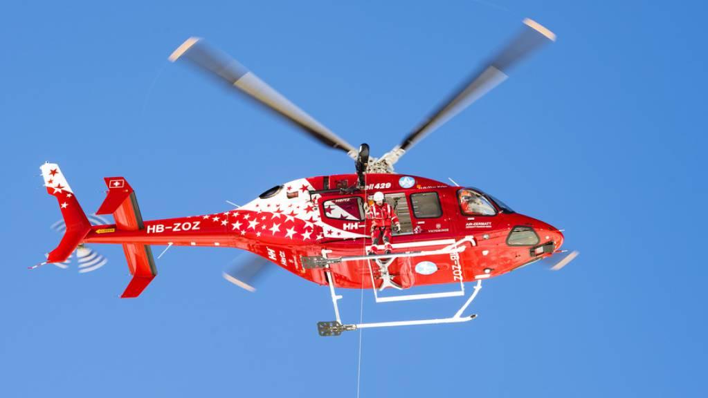 Ein Helikopter der Air Zermatt bei einem Rettungseinsatz in Crans-Montana VS. (Archivbild)