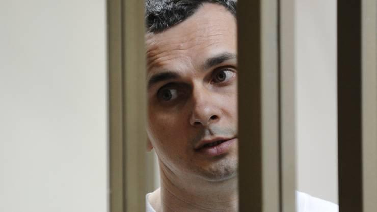 Oleg Senzow muss sich während seinem Prozess in einem Käfig im Gerichtssaal aufhalten