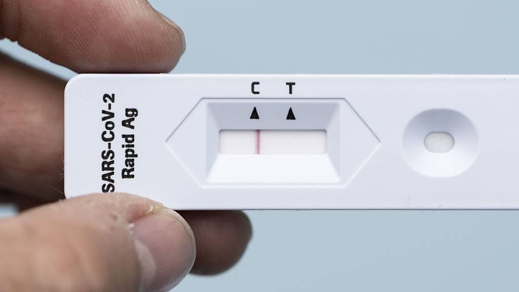 Der Coronavirus Antigen-Schnelltest von Roche erkennt gemäss einer Studie unter realen Bedingungen nur zwei von drei Infizierten. (Themenbild)