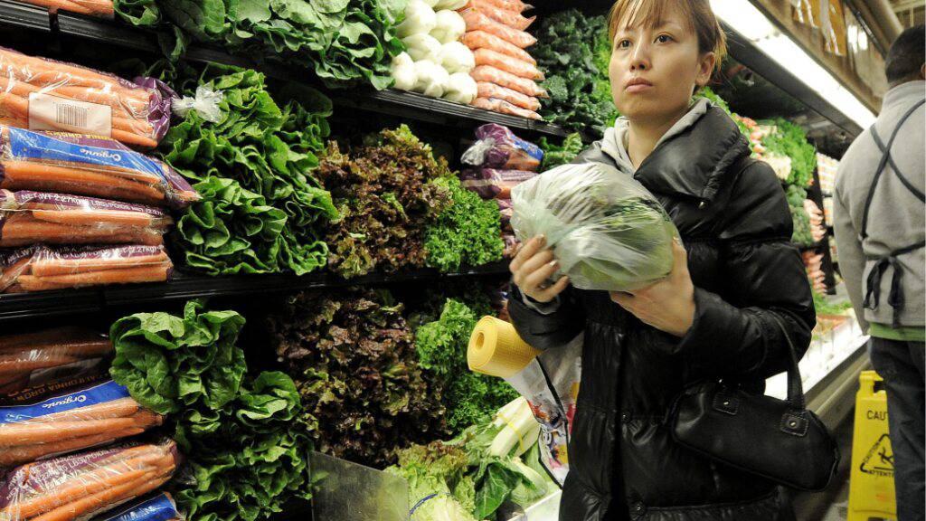 Eine Frau kauft in einem New Yorker Supermarkt ein. Die Lebenshaltungskosten in den USA sind im April uzm 4,2 prozent angestiegen. (Symbolbild)