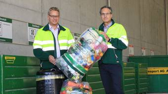 Bernhard Burkhard, Leiter Betriebe der Transport AG Aarau (links) und Urs Frey mit dem neuen Kunststoffsammelsack in der Recyclingstation in Kölliken.