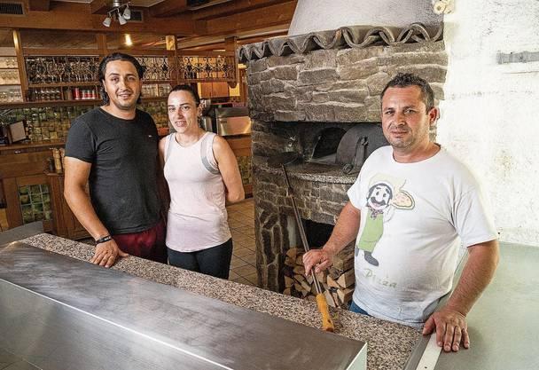 Klingnau, 20. Juni: Antonio (r.) und Carlos Figueiredo mit Ehefrau Sofia Sousa bedienen bald in der «Warteck».