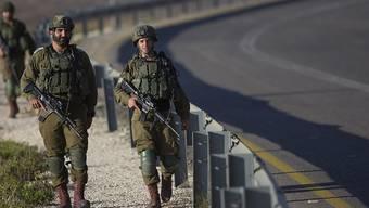 Israelische Soldaten patrouillieren auf einer Straße im Westjordanland. Foto: Nasser Nasser/AP/dpa