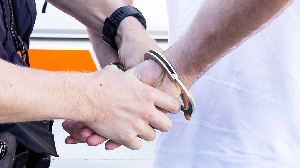 Trick mit Hunderternote – Polizei schnappt zwei Betrüger