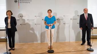Bundesverteidigungsministerin Annegret Kramp-Karrenbauer (M) hat sich mit ihren Amtskollegen aus Frankreich und Großbritannien, Florence Parly und Ben Wallace, abgestimmt. Foto: Oliver Dietze/dpa