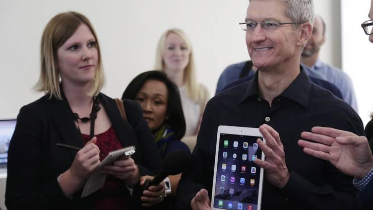 Apple-Chef Tim Cook präsentiert das iPad Air 2.