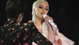 Lady Gaga während ihres Auftritts mit Mark Ronson an den diesjährigen Grammy Awards im New Yorker Madison Square Garden. Die US-Popdiva leidet an Fibromyalgie. (Archiv)