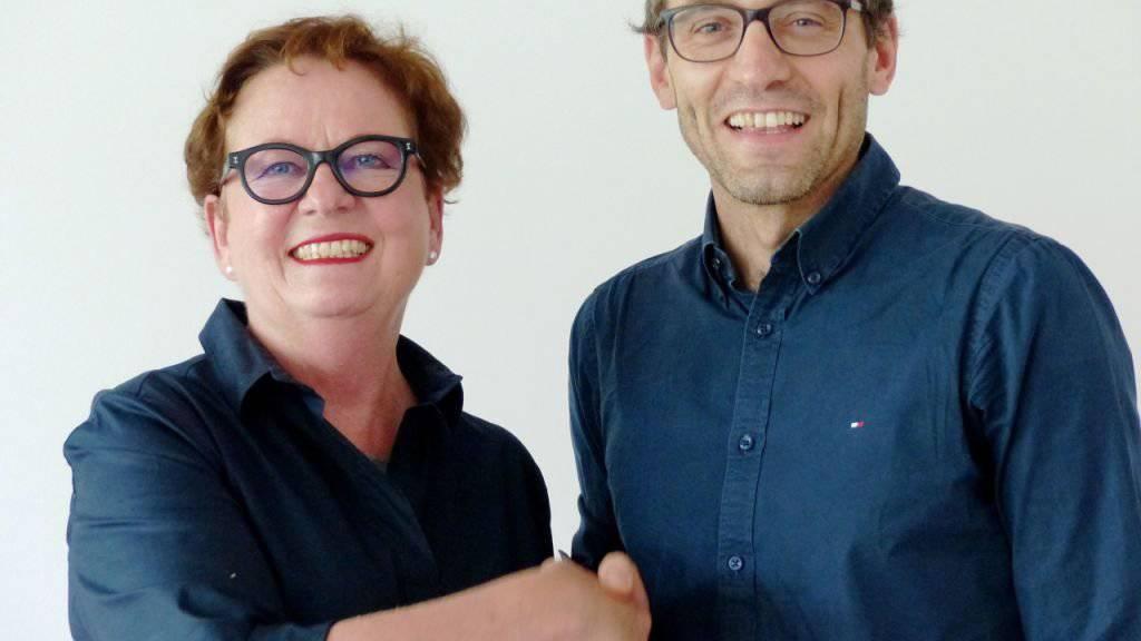 David Truttmann heisst der Chefredaktor der neuen rätoromanischen Nachrichtenagentur Fundaziun Medias Rumantschas. Stiftungspräsidentin und Ex-Bundeskanzlerin Corina Casanova (links) gratuliert.