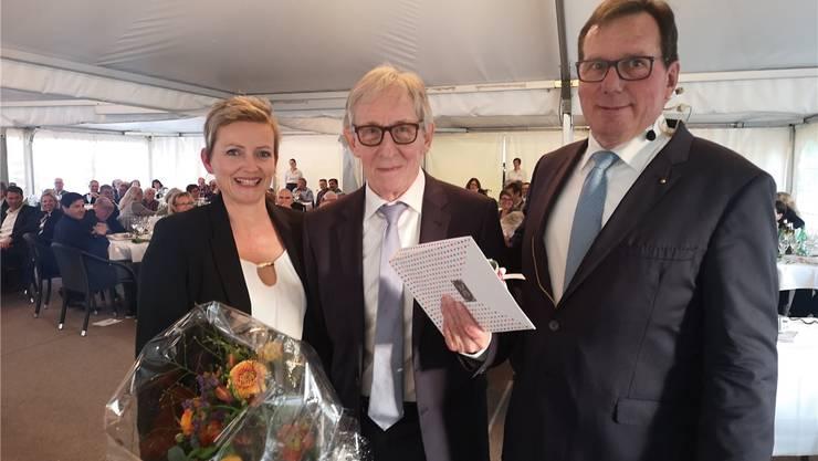 War «die Stimme» an den Renntagen und 22 Jahre lang im Vorstand des Aargauischen Rennvereins: Ruedi Vorburger (M.) wurde an der Generalversammlung im Schachen von Präsident Bruno Vogel und Geschäftsführerin Béatrice Kovacs verabschiedet.