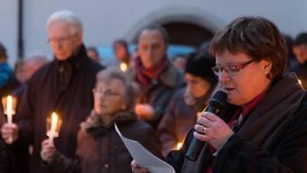 Pfarrin Monika Schmid verliest einen der Briefe an Bischof Huonder