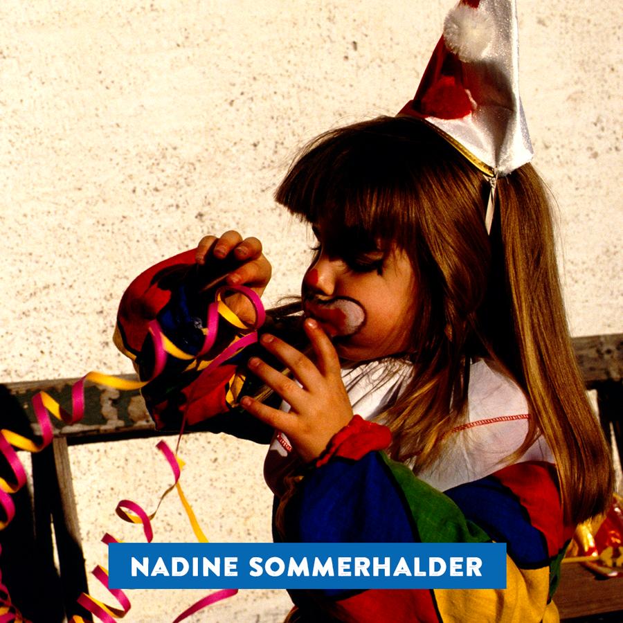 Unsere Produzentin Nadine Sommerhalder als herziger Clown mit Freude an Luftschlangen. (© Radio 24)