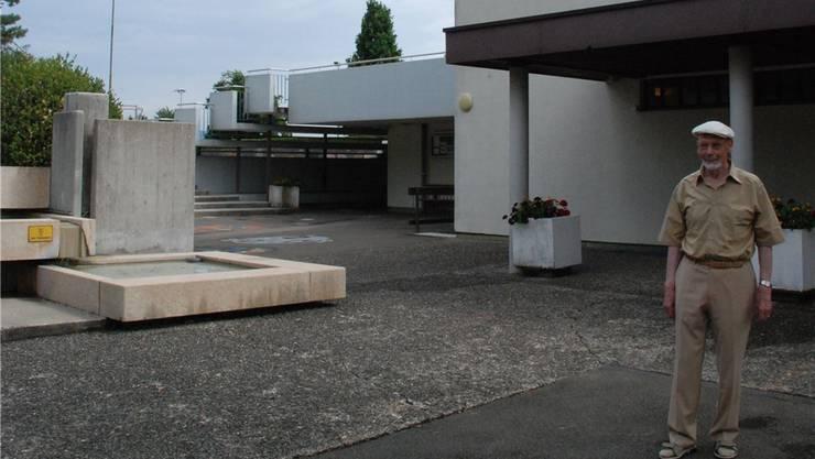 Hermann Dunkel auf dem Pausenplatz des Bergdietiker Zentralschulhauses, dessen Bau er mitplante. 1967 wurde es eingeweiht.