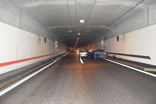 Ein nachfolgender Autofahrer bemerkte dies zu spät und fuhr dem Pannenfahrzeug ins Heck. Verletzt wurde niemand.