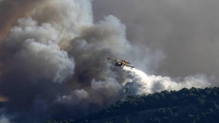 dpatopbilder - Ein Löschflugzeug in der Nähe von Korinth in Griechenland. Foto: Petros Giannakouris/AP/dpa