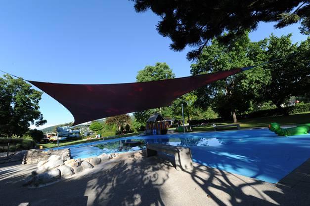Im Gartenbad in Aesch kann man nicht nur schwimmen, sondern auch Beachvolley und Tischtennis spielen.