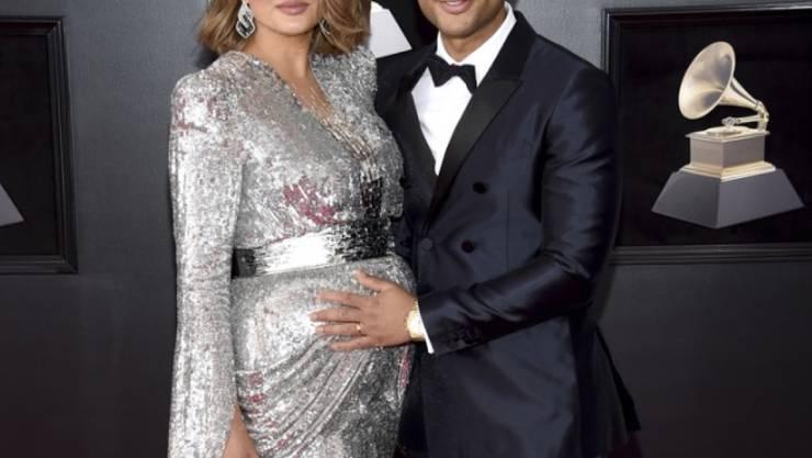 Chrissy Teigen (l) und John Legend präsentieren sich am 28. Januar 2018 bei den 60. Grammy Awards in New York. Teigen wird Mutter eines Knaben, wie die beiden verrieten.