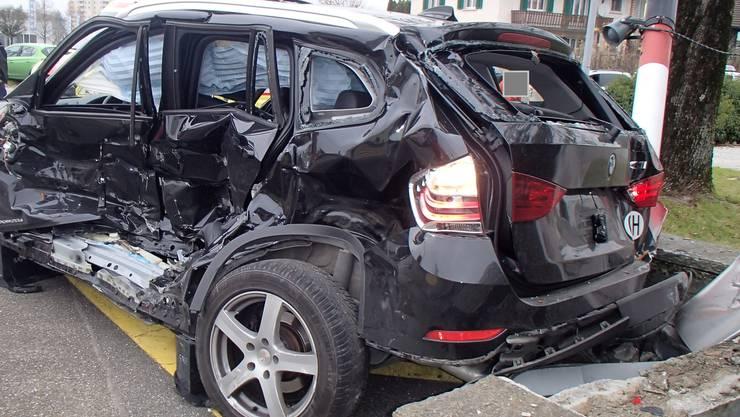 Nach dem Zusammenprall ist das Auto reif für den Schrottplatz.