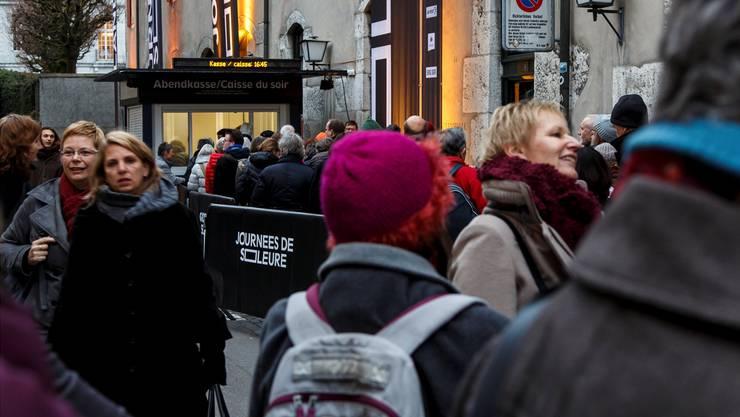 Warteschlangen vor den Spielstätten der Solothurner Filmtage: Systematische Taschenkontrollen wie in Locarno wird es bei der 52. Ausgabe nicht geben. Die Sicherheit steht dennoch im Vordergrund.