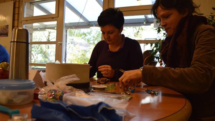 Die beiden Schmuckexpertinnen Jasmina Filati (links) und Isabel Steiner widmen sich ihrer Aufgabe. Samuel Frey