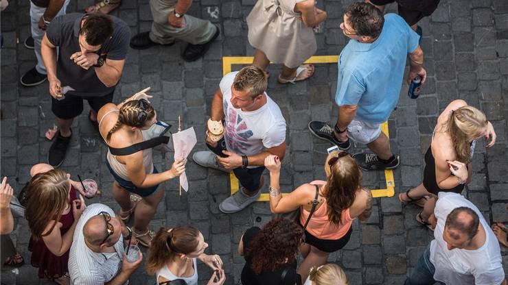 Wie viele Leute drängen sich auf einem Quadratmeter?