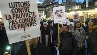 Am Donnerstag ist im Kanton Waadt das generelle Bettelverbot in Kraft getreten. Rund 250 Menschen haben gleichentags in Lausanne gegen das Verbot demonstriert.