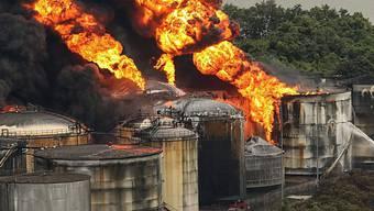 Am Hafen in Santos stehen mehrere Tanks in Feuer