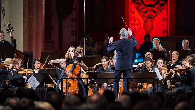 Dirigent Silvain Cambreling fügte Sol Gabetta und Kammerorchester zusammen.