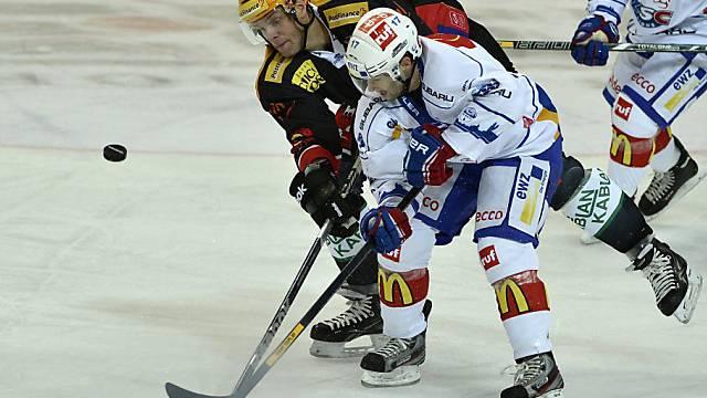Berns Ryan Gardner (hinten) im Duell mit Zürichs Ryan Shannon.