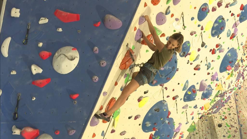 Sara Wicki an der Kletterwand