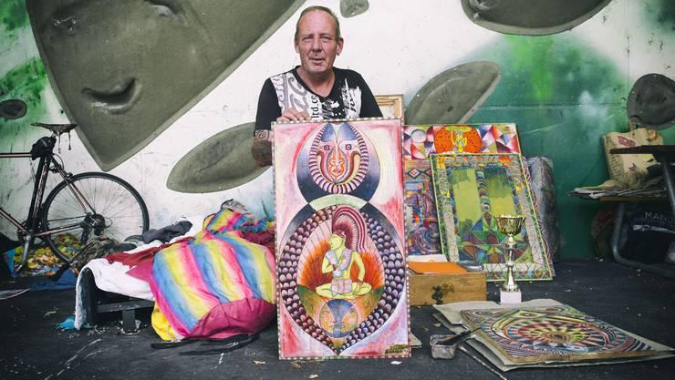 David Schulthess, als er noch unter der Dreirosenbrücke hauste, samt seinem Lebenswerk, rund 50 Ölbildern.