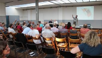 Etwa der halbe Einwohnerrat, verschiedene Schul- und Vereinsvertreter und Anwohner waren an der Infoveranstaltung über die neue Sporthalle Hofmatten dabei und stellten Fragen.