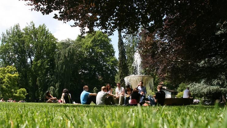 Sommertreffpunkt mit Schattenseiten: Einige Kurpark-Besucher erledigen ihr Geschäft im Busch. Der Römer-Quartierverein fordert öffentliche Toiletten.