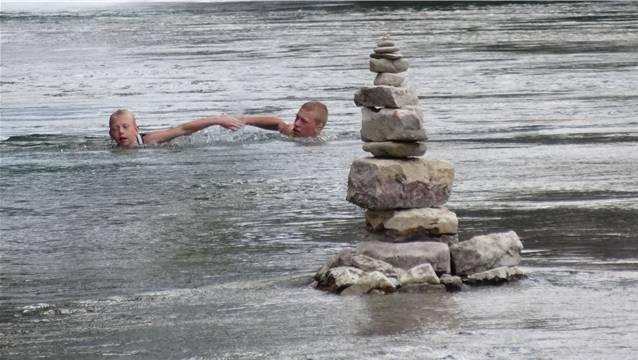 Nach dem Sprung von der Brücke folgt das Schwimmen im Rhein.